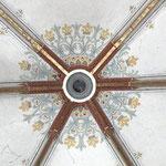 Ornamentmalerei und Schlussstein des Rippengewölbes