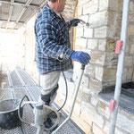 Situation während dem Verfüllen von Mauerwerksrissen mit der Mörtelpumpe, Zwischenzustand.