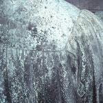 Detailfoto Rückseite Lutherbüste mit starken Auflagerungen und   Korrosionserscheinungen.