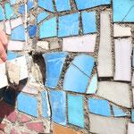 Temporäre Sicherung von lokal entnommenen Mosaikplättchen, zwecks Lokalisierung von im Bettungsmörtel vorhandenen Hohlstellen.