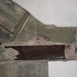 Infolge von korrodierten Metallbauteilen ist der Segmentstein eines Ziergiebels abgesprengt  worden und herausgebrochen.