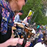 Antje gab einen guten Rhythmus mit dem Schellenkranz Rainbowdrums beim Stadtmarthon 2014 in Leipzig