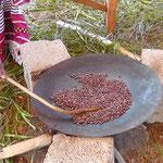 現地の人が鉄なべで焙煎している様子。