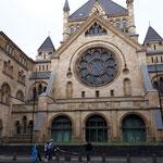 Vor der Synagoge in Köln