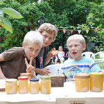 Hauseigener Honig wird zum Verkauf feilgeboten