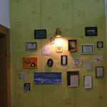 """""""El rincón de los Recuerdos"""" Ecke der Erinnerungen, Installation ca.300x150cm.  Zeichnungen, Bilder, Fotos, Lampe auf patinierte Tapete. 2011"""