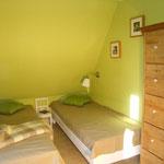 Das kleine Schlafzimmer mit zwei Einzelbetten