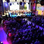 """Uraufführung des Stückes """"Manzara"""" beim Festakt in der Mehrzweckhalle Spesbach"""