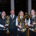 """Öfter mal was Neues: Tabea, Laura und Jessy versuchen sich im Jugendorchester am Blech. Angelernt wurden sie alle von unserem """"alten Hasen"""" im Jugendorchester Paul."""