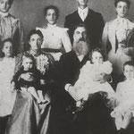 """Matteo und Giustina Giannini mit einigen Kindern: in diese Familie wurde Gemma """"adoptiert""""."""