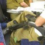 列車内でみかける兵士と銃