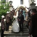 Das Ehepaar beim Auszug aus der Kirche.