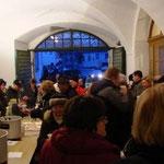 Zahlreiche Gäste stärkten sich bei Glühwein und Brötchen.
