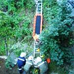 Schnellrettung aus dem Bachbett über eine Leiter.