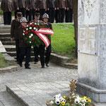 Kranzniederlegung beim Kriegerdenkmal.