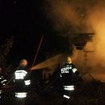 Massiver Löschangriff der eingesetzten Feuerwehren.