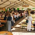 Das gut besuchte Zelt beim Festakt am Sonntag.