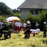 Der verunglückte wird dem Roten Kreuz übergeben.