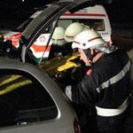 Rettung einer verletzten Person durch den Kofferraum eines Pkw.