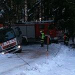 Mit Hilfe von Seilwinde und Umlenkrollen wurde der Lkw geborgen.
