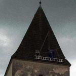Alois Urani am Dach; ganz rechts erkennt man das fehlende Schindel.