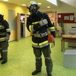 Der Atemschutztrupp bei der Evakuierung des Gebäudes.