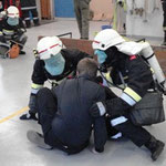 Der Atemschutztrupp bei der Menschenrettung.