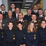 Die Ehrengäste und angelobten Feuerwehrjugendmitglieder.