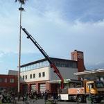 Das Aufstellen des Baums vor dem Feuerwehrhaus.