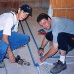 Stefan und Reini beim Verschweißen der Wasserleitung