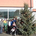 Der Weihnachtsbaum vor dem Feuerwehrhaus.