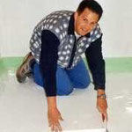 Sigi beim Verlegen des Fußbodenaufbaus für den Estrich