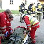 Versorgung der Person durch das Team des Roten Kreuz.