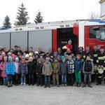 Gruppenfoto mit Schüler, Lehrer, Feuerwehr und Bürgermeister.