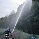 Einsatz des Wasserwerfers mit Bodenlafette.
