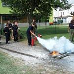 Handhabung und Wirkung eines Feuerlöschers.