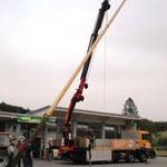 Die Tanne wurde mit einem Kranwagen der Firma Kickinger aufgestellt.