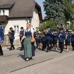 Der Einmarsch des Ehrenzugs mit Blasmusik.