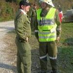 Der Einsatzleiter mit Übungsbeobachter KDT Peter Alphart.