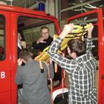 Rettung einer verletzten Person aus dem Lkw.