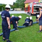 Die Jugendgruppe beim Aufbau der Saugleitung.