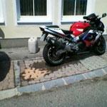 Das abgestellte Motorrad wurde beim Parkieren umgestossen.