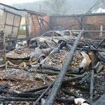 Der Wirtschaftstrakt mit den verbrannten Pkws.
