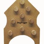 Dog Trigger – Houdt het spel rechtop. De hond moet tegen de klosjes duwen, waarna aan de achterkant de beloning eruit valt.