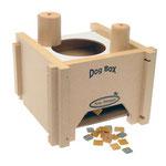 Dog Box – Een blok moet door het gat aan de bovenkant van de kubus gegooid worden waardoor het voer naar buiten wordt geduwd.