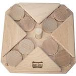 Blokkadespel – Uitdagend, maar goed op te bouwen schuifspel. Het stokje in het midden blokkeert de schijfjes en zal er eerst uitgehaald moeten worden.