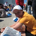 Pause nach dem Zieleinlauf - zwischen all die anderen Finisher, vor der Messehalle B6. Jetzt bin ich auch eine Marathoni *FREU*