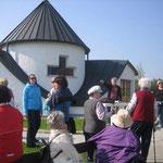 Vor der Dorfkapelle