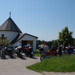 Motorradclub aus Bayern bei der Dorfkapelle