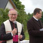 Weihbischof Dr. Anton Leichtfried vor der Dorfkapelle